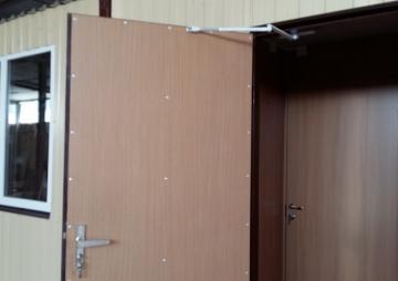Открытая дверь в бытовке