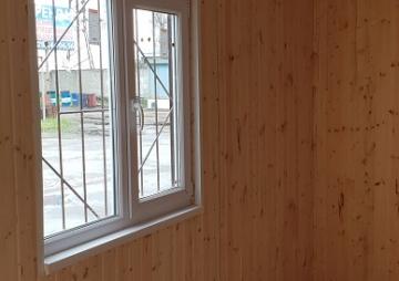 Окно в комнате бытовки